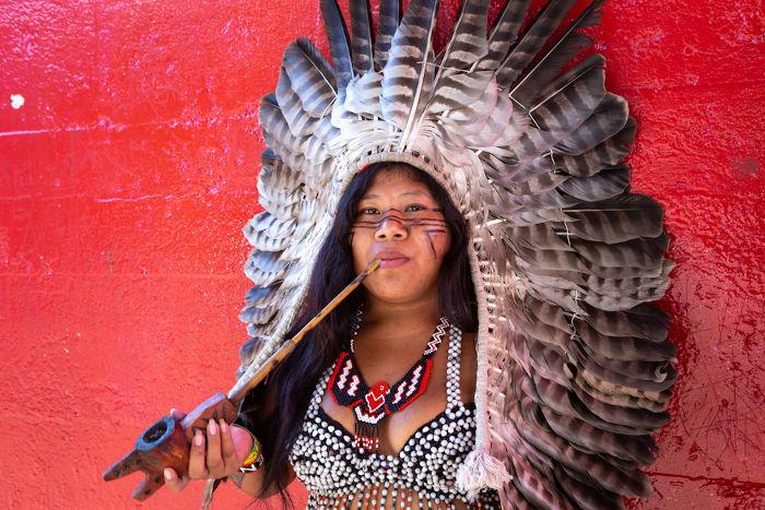 Mulher indígena da etnia Guarani-kaiowá, um grupo com a cultura ameaçada em nosso país. [2]