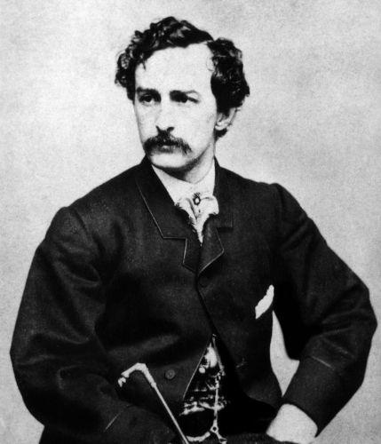 John Wilkes Booth realizou um atentado contra o presidente Lincoln em abril de 1864. O presidente faleceu um dia depois do ataque.