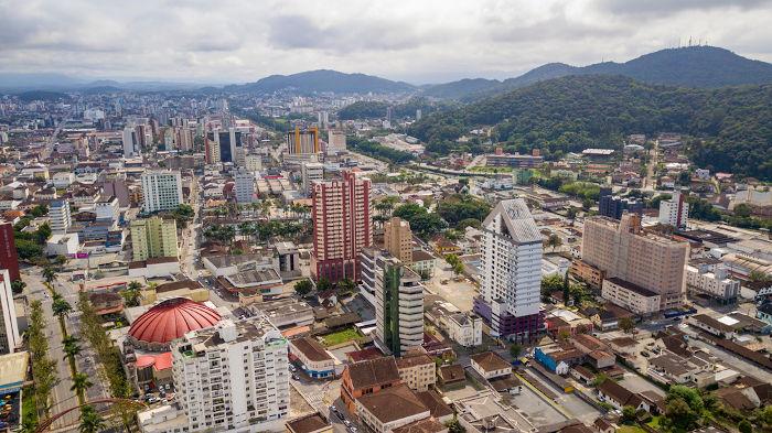 Joinville é a maior cidade em população de Santa Catarina. Ela é sede de importantes empresas do estado.