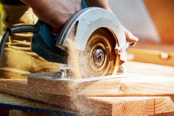 Se a serra for capaz de alterar sua velocidade de rotação de forma constante, ela desenvolverá um MCUV.