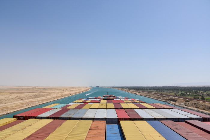O grande volume de contêineres remete à importância do Canal de Suez como a principal via marítima de escoamento da produção global.