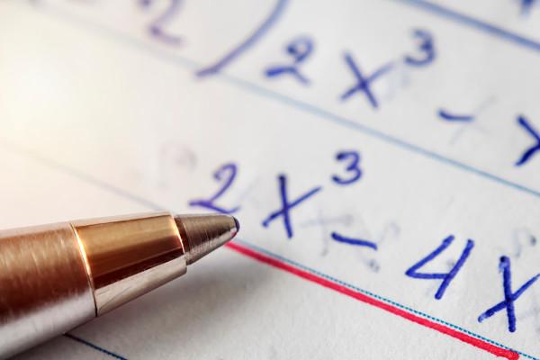 Expressões algébricas são expressões matemáticas que envolvem letras e números.