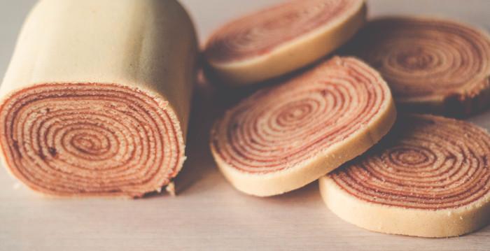 O bolo de rolo, recheado com goiabada, é um produto da culinária típica do Recife, capital de Pernambuco.