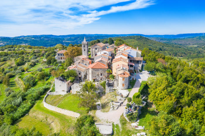 A cidade de Hum, considerada a cidade menos populosa do mundo, está localizada na Croácia e é formada por um castelo e um conjunto de fortificações.
