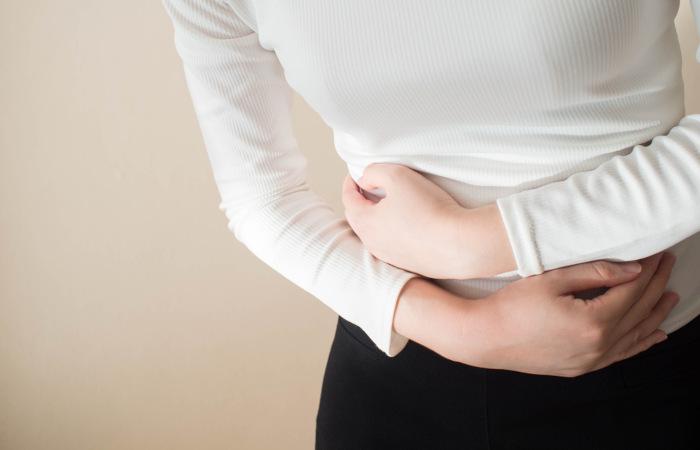 Dores abdominais e diarreia podem ser sintomas de febre tifoide.