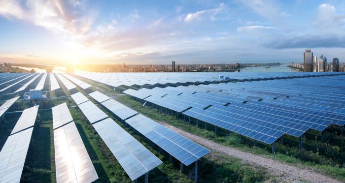 O incentivo à utilização de energias renováveis, como a solar, remete à importância do desenvolvimento sustentável para a sociedade atual.