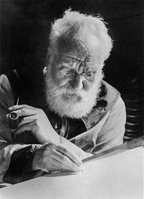 Graham Bell foi o primeiro a patentear o telefone, recebendo, por isso, o título de inventor do telefone.