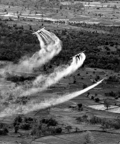 Aviões norte-americanos espalhando napalm, substância altamente tóxica, nos campos do Vietnã.