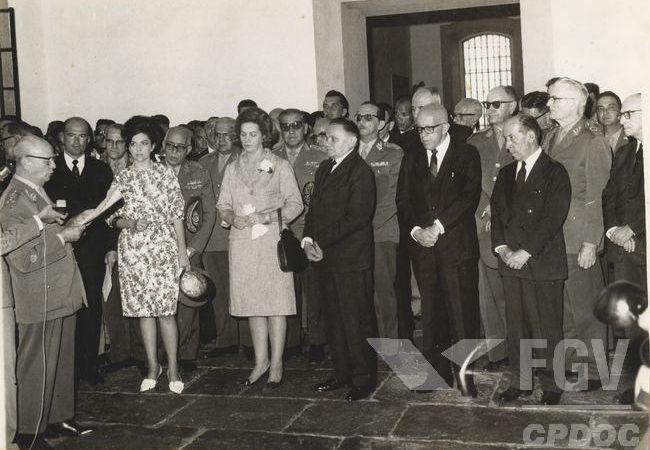 Com o golpe, o marechal Humberto Castello Branco (no centro) foi colocado na presidência por meio de uma eleição indireta. [1]