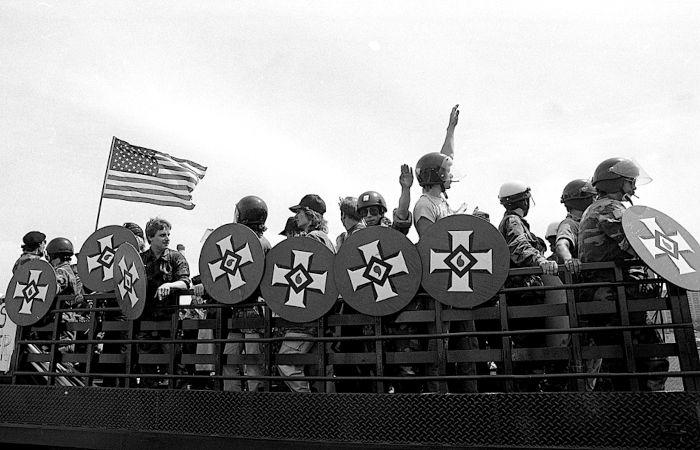 Grupo de supremacistas brancos fazendo uma manifestação se utilizando de símbolos da Ku Klux Klan.[1]