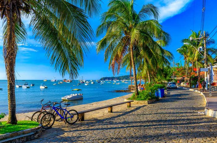 As cidades da Região dos Lagos do Rio de Janeiro, como Búzios, são muito procuradas por turistas por suas belas paisagens e festas de final de ano.