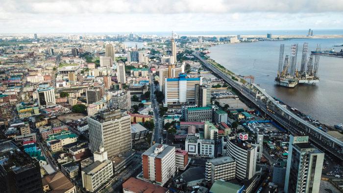 A presença de estruturas produtivas de petróleo é muito comum no litoral da Nigéria, inclusive próximo das grandes cidades, como Lagos.