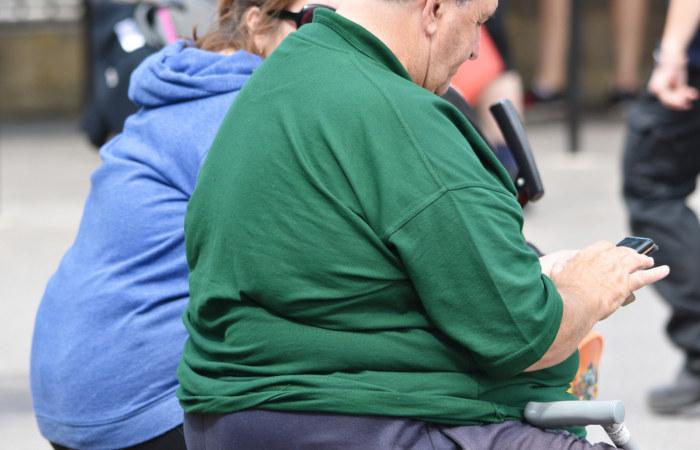 A obesidade está relacionada, entre outros fatores, com o estilo de vida sedentário da sociedade moderna.