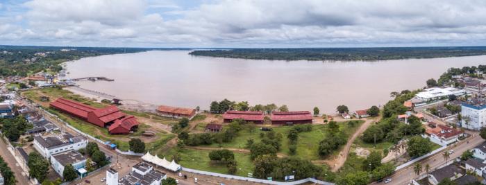 A capital de Rondônia, Porto Velho, é banhada pelo rio Madeira, uma importante via de transporte do estado.