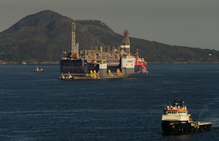 O pré-sal está localizado na costa centro-sul do Brasil. É uma das maiores reservas de petróleo e gás natural do mundo. [3]