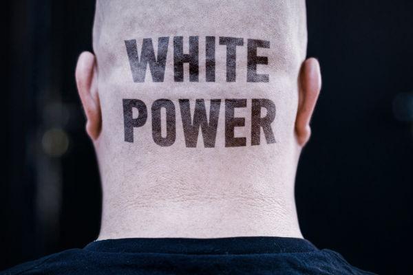 """""""White power"""" é um lema muito tradicional entre os grupos supremacistas e significa """"poder branco""""."""