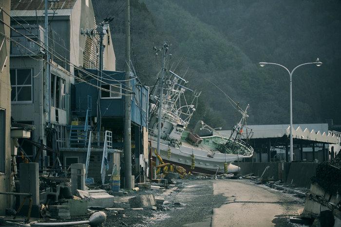 A intensidade de terremotos e tsunamis pode ser visualizada por meio dos grandes danos físicos causados por esses eventos.