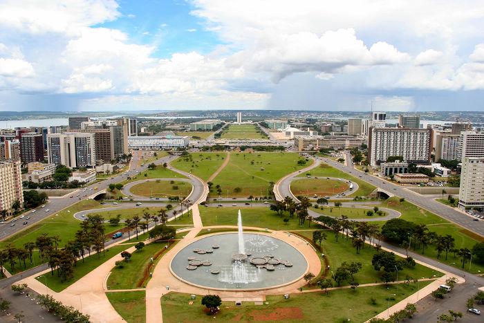 A criação de Brasília foi o fator preponderante para o crescimento econômico e demográfico do Distrito Federal.