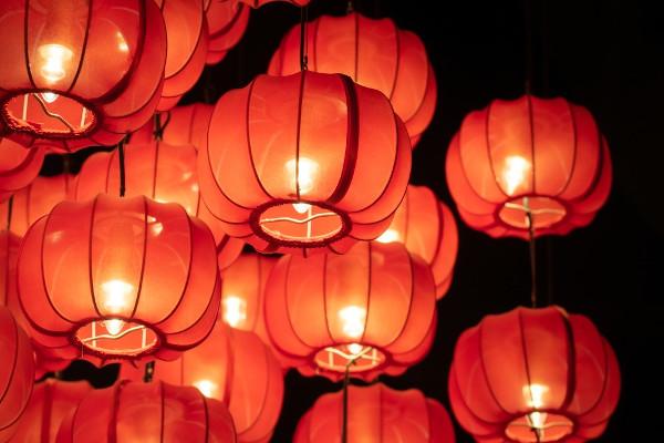 Cidades chinesas são decoradas com muitas luzes para a virada do ano.