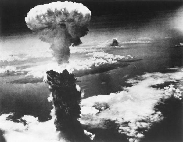 Explosão causada pela bomba nuclear lançada sobre a cidade de Hiroshima.