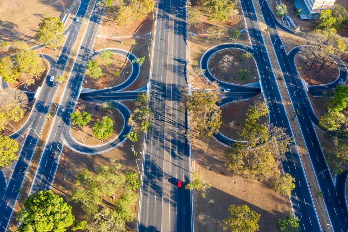 Brasília é uma cidade planejada que possui uma ótima infraestrutura urbana, como ruas largas e bem arborizadas.
