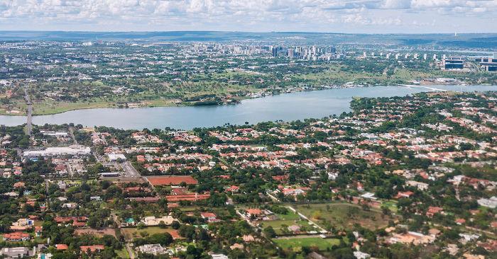 A cidade de Brasília cresceu muito nas últimas décadas, sendo a terceira maior cidade em população do Brasil.