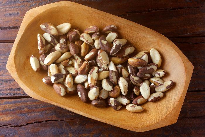A castanha-do-pará é um dos produtos mais conhecidos do estado, sendo coletada à mão em áreas de castanhais.