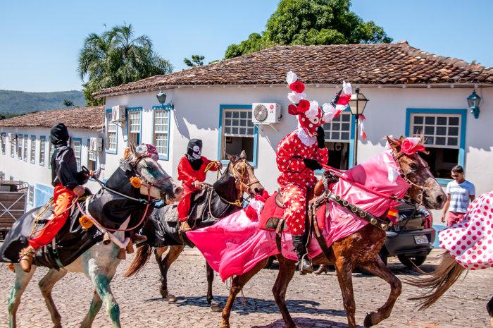 As cavalhadas são manifestações culturais típicas da cidade de Pirenópolis, no interior de Goiás.