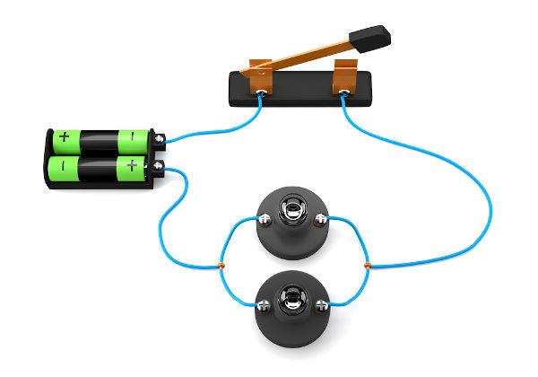 No circuito elétrico em paralelo, a corrente elétrica tem mais de um caminho para percorrer.