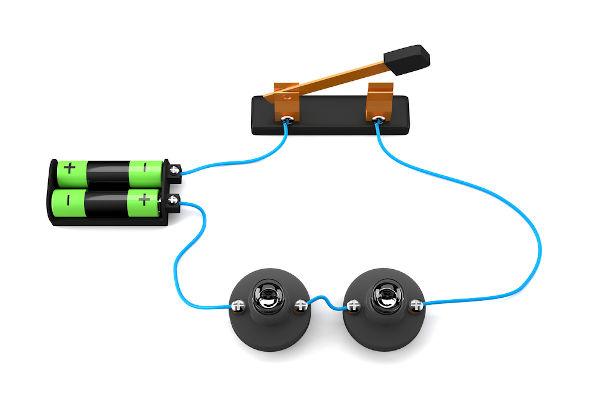 No circuito elétrico em série, os elementos são ligados ao longo do mesmo fio.