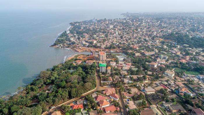 A capital da Guiné, Conacri, é a cidade onde estão localizadas as atividades econômicas de comércio e serviços do país.
