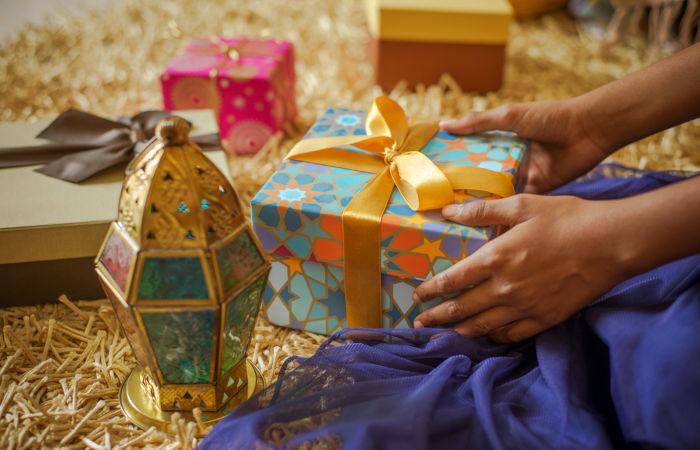 O ato de presentear pessoas é muito comum durante o Eid al-Fitr, a festa de encerramento do Ramadã.
