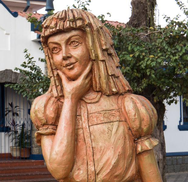 Estátua de Emília, a boneca de pano falante do Sítio do Pica-pau Amarelo. [1]