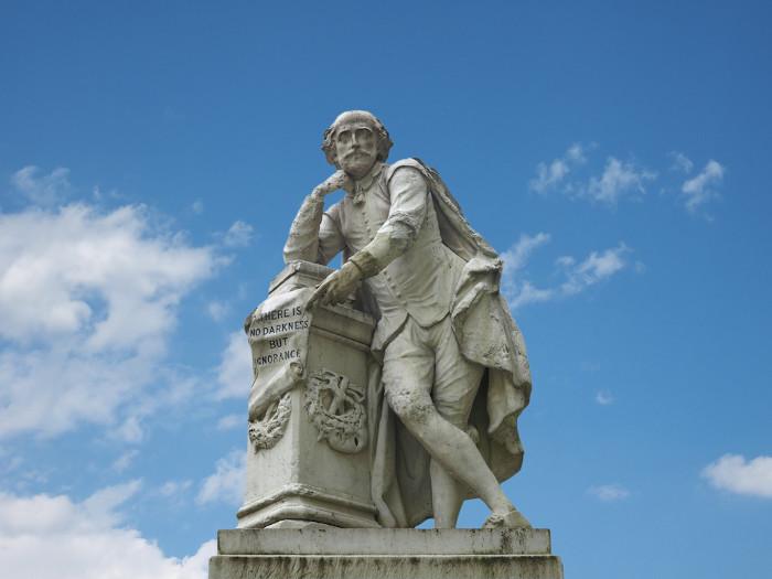 Estátua de William Shakespeare construída em 1874, em Londres.
