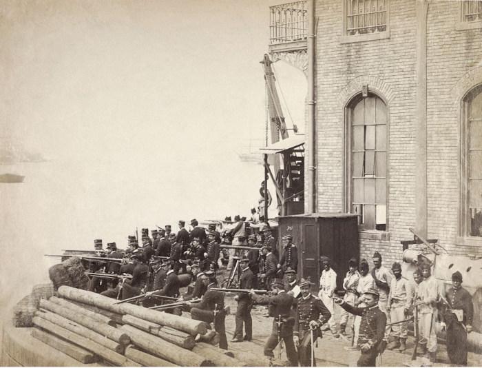 Tropas do Exército, em 1892, fortificando o porto do Rio de Janeiro contra o ataque dos marinheiros revoltosos.