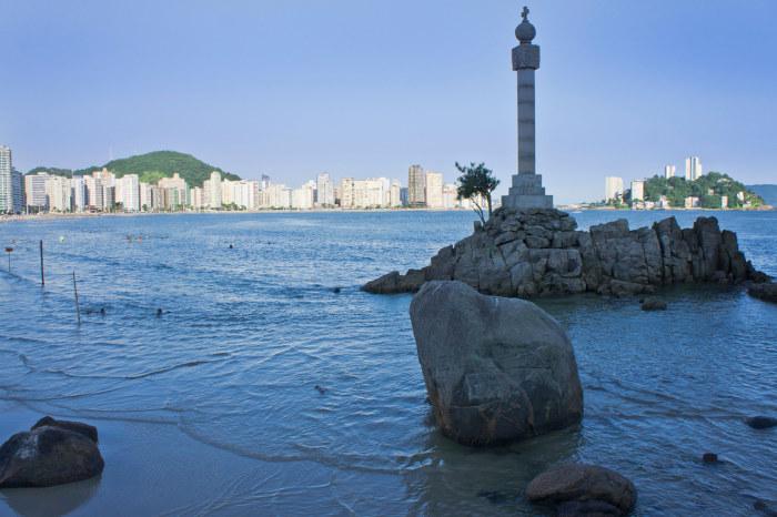 A cidade de São Vicente, localizada no litoral de São Paulo, é considerada o primeiro centro urbano da América Portuguesa.