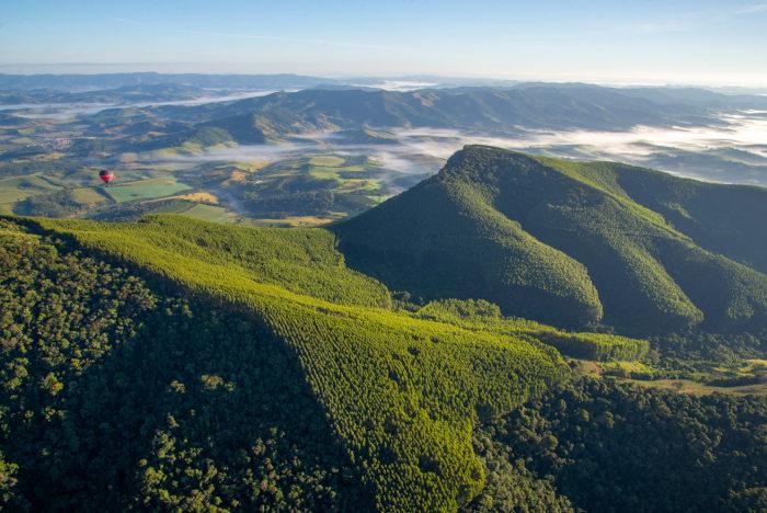 A Serra da Mantiqueira está localizada entre Minas Gerais, Rio de Janeiro e São Paulo e é um dos pontos de maior altitude da região Sudeste.