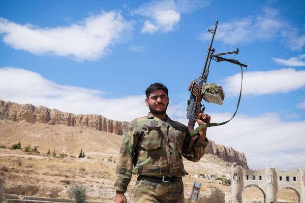 Soldado sírio em ação durante a Guerra Civil Síria.[2]
