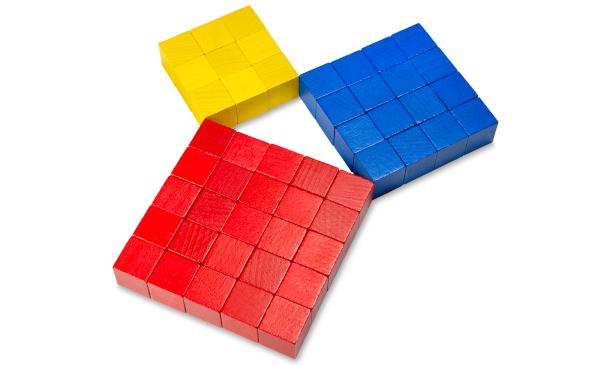 O teorema de Pitágoras relaciona os lados de um triângulo retângulo.