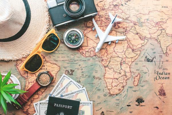 Aos deslocamentos voluntários de pessoas e às atividades que elas desempenham nas localidades de destino se dá o nome de turismo.
