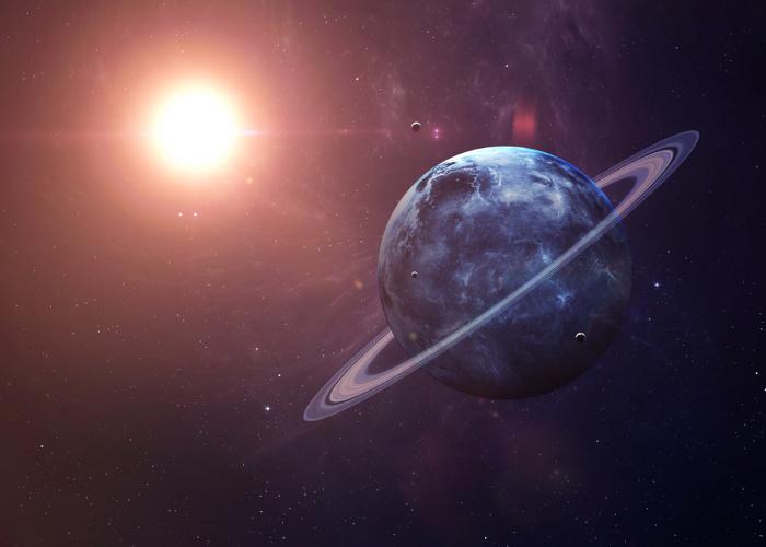O planeta Urano possui vários satélites artificiais que foram batizados com nomes de personagens da literatura mundial.