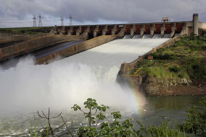 A Usina de Itaipu, localizada no rio Paraná, é a principal hidroelétrica brasileira.