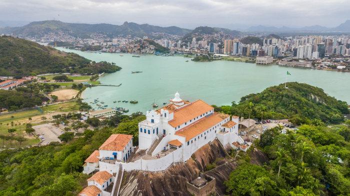 A cidade de Vitória é a capital estadual do Espírito Santo. É um importante centro turístico e cultural do estado.