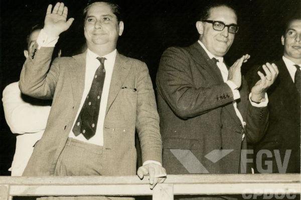 Carlos Lacerda, de óculos, foi um dos políticos e jornalistas mais influentes das décadas de 1950 e 1960.