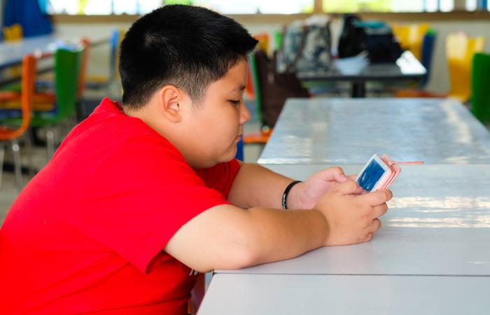 Reduzir o tempo de tela das crianças e estimular a prática de atividades físicas é importante para reduzir a obesidade.