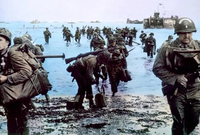 Imagem colorizada do dia do desembarque das tropas Aliadas na Normandia, em 6 de junho de 1944.