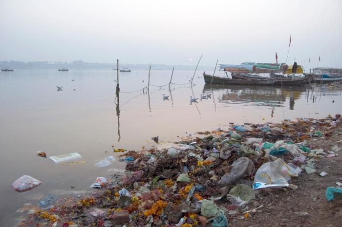 A poluição coloca em risco aqueles que dependem diretamente das águas do rio Ganges.[2]