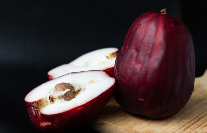 O jambo-vermelho apresenta coloração atrativa e pode ser consumido in natura.