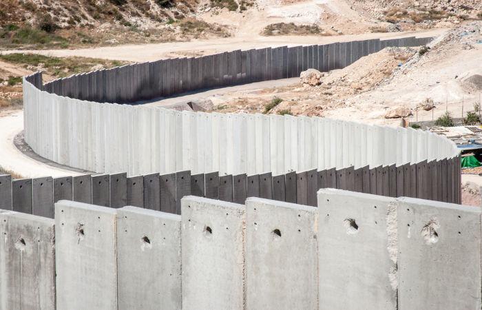 Desde o começo do século XXI, Israel começou a construir muros para separar os locais habitados por israelenses e palestinos.