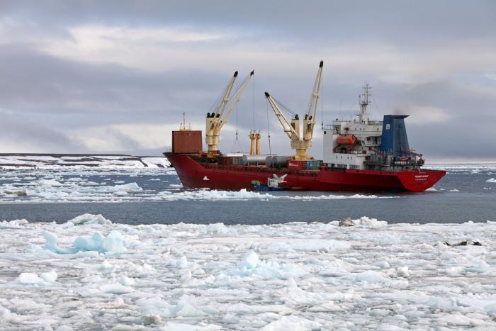 O oceano Glacial Ártico é uma região de intensos fluxos de transporte marítimo, que contribui para o aumento do impacto ambiental na região. [1]